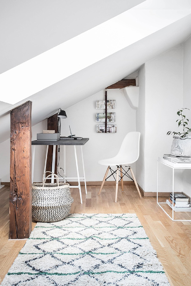 wood-accents-in-black-white-scandinavian-apartment_12