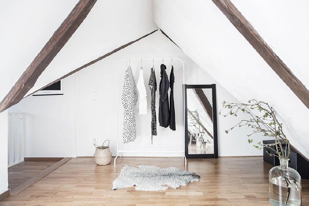 wood-accents-in-black-white-scandinavian-apartment_14