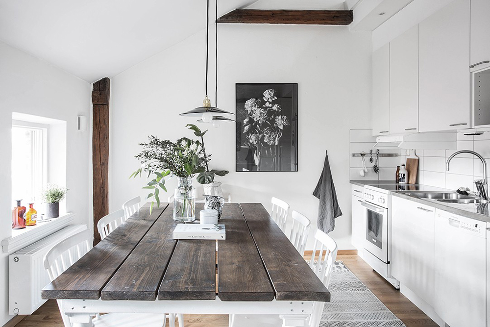 wood-accents-in-black-white-scandinavian-apartment_5