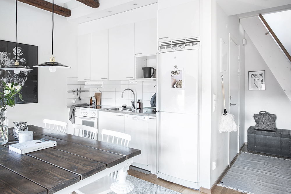 wood-accents-in-black-white-scandinavian-apartment_6