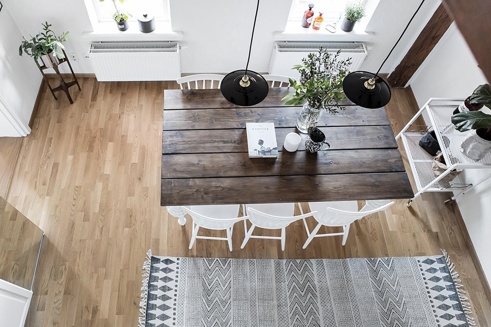 wood-accents-in-black-white-scandinavian-apartment_7
