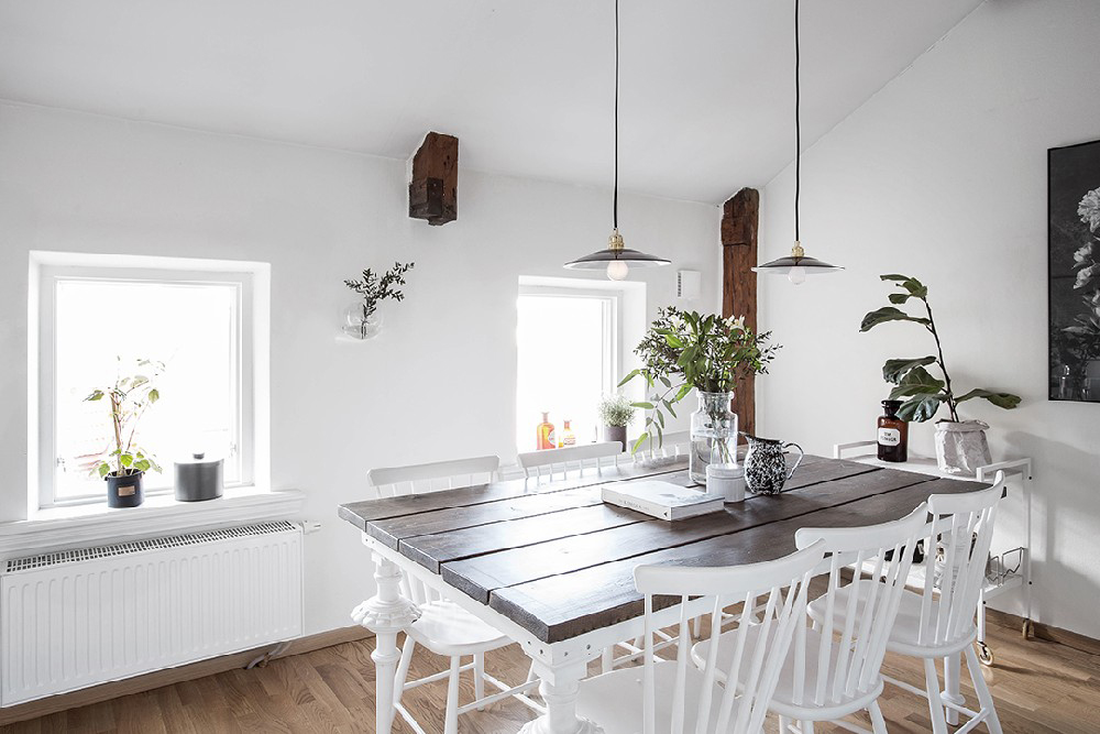 wood-accents-in-black-white-scandinavian-apartment_10