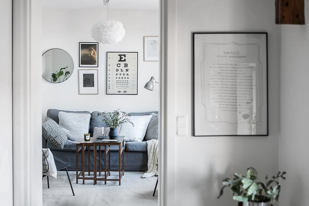 wood-accents-in-black-white-scandinavian-apartment_11