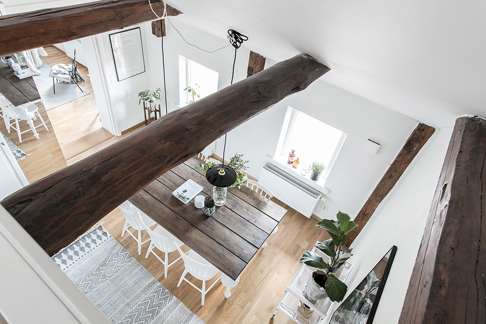 wood-accents-in-black-white-scandinavian-apartment_13