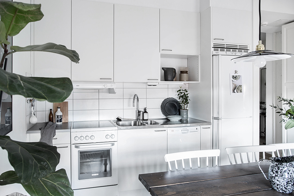 wood-accents-in-black-white-scandinavian-apartment_4