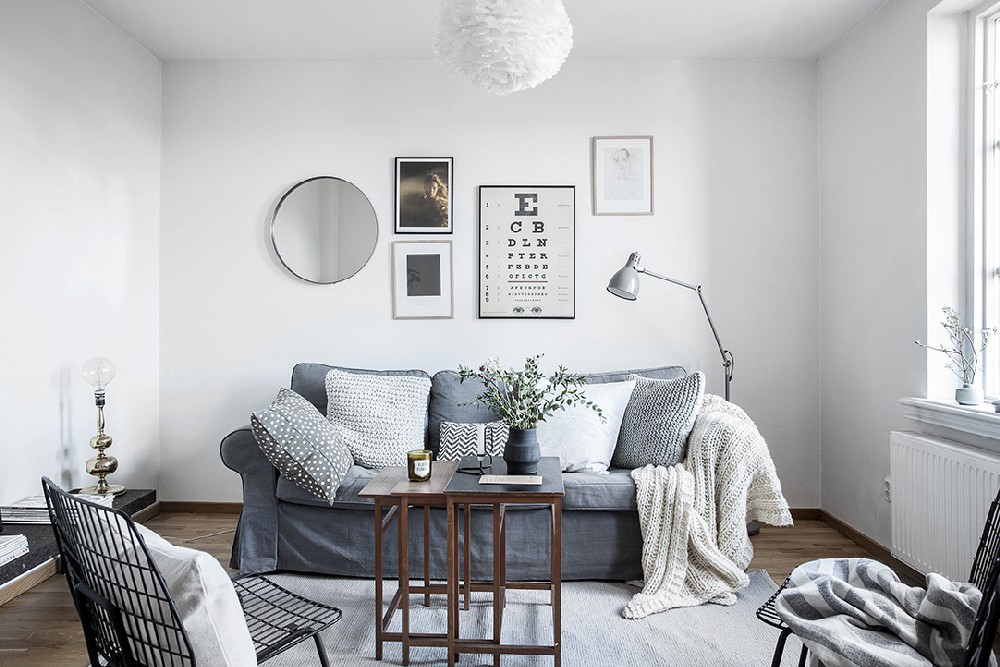 wood-accents-in-black-white-scandinavian-apartment_9