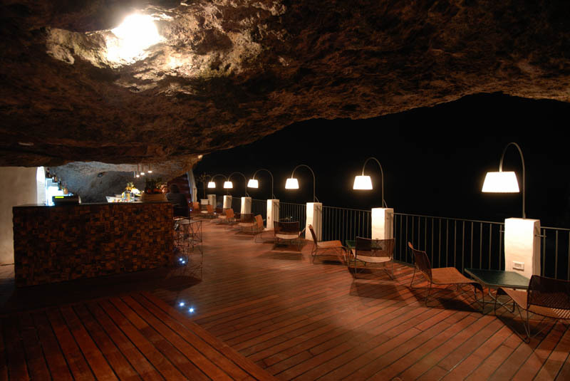 romantic-italian-restaurant-set-inside-cave_10
